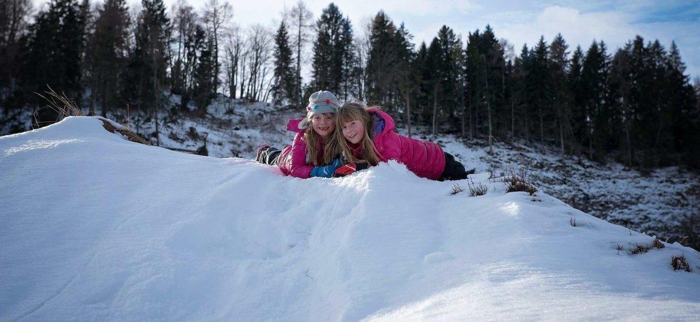raus in den Schnee mit Kindern